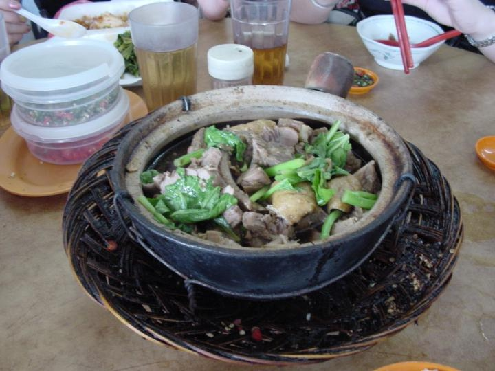 A claypot of steaming bak kut teh!