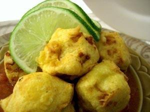 Urulakkizangu Bondas with Thakkali Chutney (Spicy Potato Fritters with Fresh Tomato Chutney)