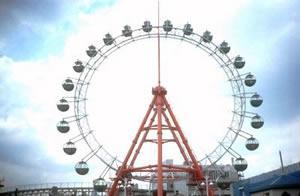 A giant ferris wheel, in Korakuen Amusement Park. Tokyo, Japan.