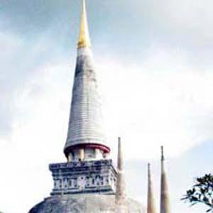 Brought from Sri Lanka, the main chedi in Wat Mahathat has a gold-covered tip measuring 8.294 inches high.