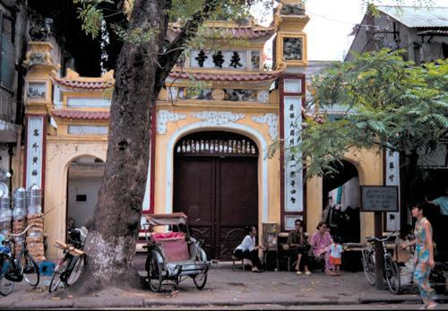 Scattered throughout the Old Quarter are pagodas and temples such as the Huyen Thien Pagoda at 54 Hang Khoai. These places of worship are quite active even today, and people of all ages may be seen especially during auspicious lunar days. Tourists may walk into the pagodas, and are welcome to take pictures.