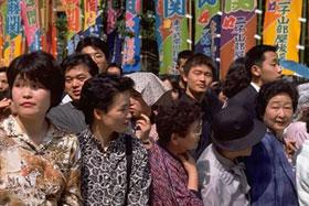 Although baseball has gained enormous popularity since its introduction to Japan, sumo wrestling still remains its national sport. Sumo fans turn out in droves to enjoy the six tournaments called basho held throughout the year. Here, a crowd waits for the sumo basho to begin.