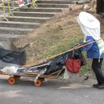 Hong Kong street sweepers must be able to carry 50 kg. of garbage.