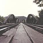 """Den berømte film """"Broen over floden Kwai"""" blev optaget på Sri Lanka. Den rigtige bro over Kwai blev bombet flere gange i 1945, men blev så genopbygget efter krigen. I dag er den et yndet turistmål. Broens dystre historie giver en tur med """"Dødens Jernbane"""" fra Kanchanaburi til Nam Tok en ekstra dimension."""