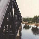 """Det kan være vanskeligt at forestille sig det helvede for tusindvis af krigsfanger, der ligger bag, når man i dag ser den berømte bro i idylliske omgivelser ved Kanchanaburi. Filmen om """"Broen over floden Kwai"""" med bl. a. Alec Guinness og William Holden gav sit bud på lidt af lidelserne. Men som i så mange andre tilfælde, overgår den barske virkelighed filmens verden med mange længder."""