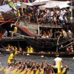 A Dragon Boat races 06 June 2000, in front of thousands of spectators watching, despite the heat, from fishing boats in Aberdeen, Hong Kong. The Dragon Boat Festival is celebrated accross Hong Kong with races in Aberdeen, Stanley, Tai Po, Shatin and Chai Wan.