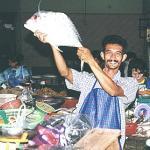 Fisk er sundt. Og der er masser af muligheder for at holde sig sund, når man går på morgenmarkedet i Phuket Town. At fiskehandleren så samtidig er morgenfrisk og klar med et smil, gør ikke indkøbsturen til en mindre oplevelse.
