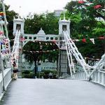 One of the first steel bridges in Singapore, the Cavanagh Bridge connects the two banks of the Singapore River.