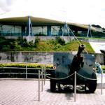 A British 25-pounder artillery piece guards the museum entrance.