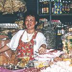 Eksotiske krydderier i lange baner og andre gode ting til frembringelse af thai-food. Morgenstemningen på markedet er et godt krydderi i sig selv, og der er ikke lang vej til de berømte, thailandske smil.